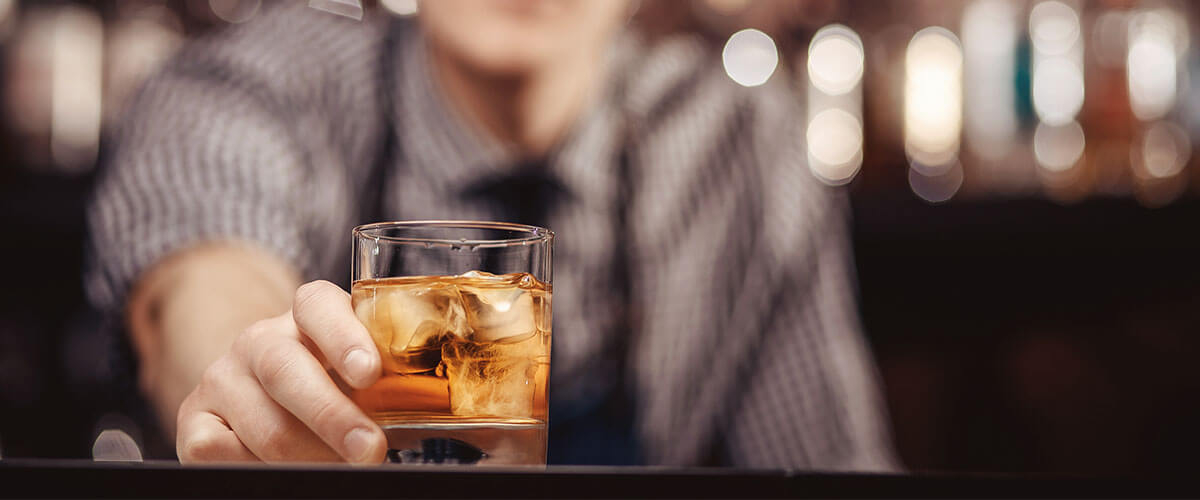 barmann-mit-whisky-glas