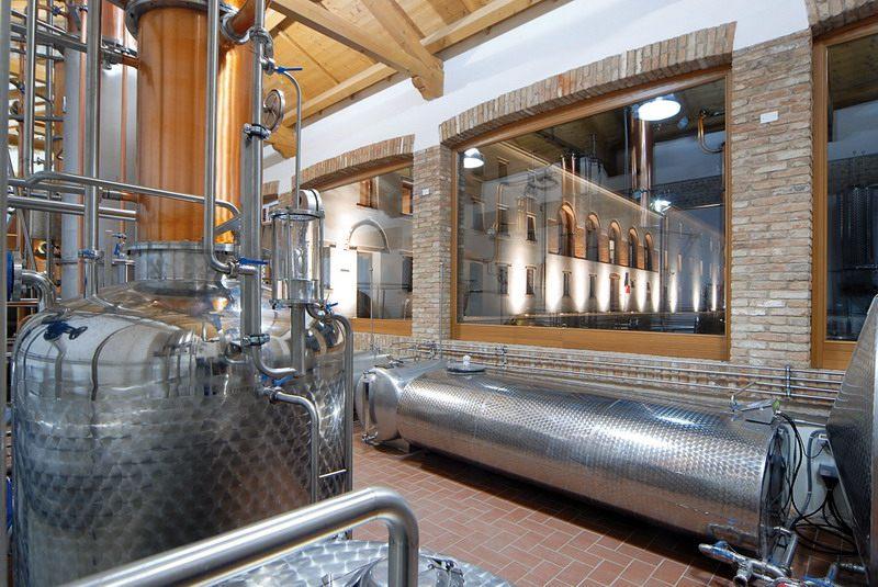 Bottega Distillerie bei Nacht